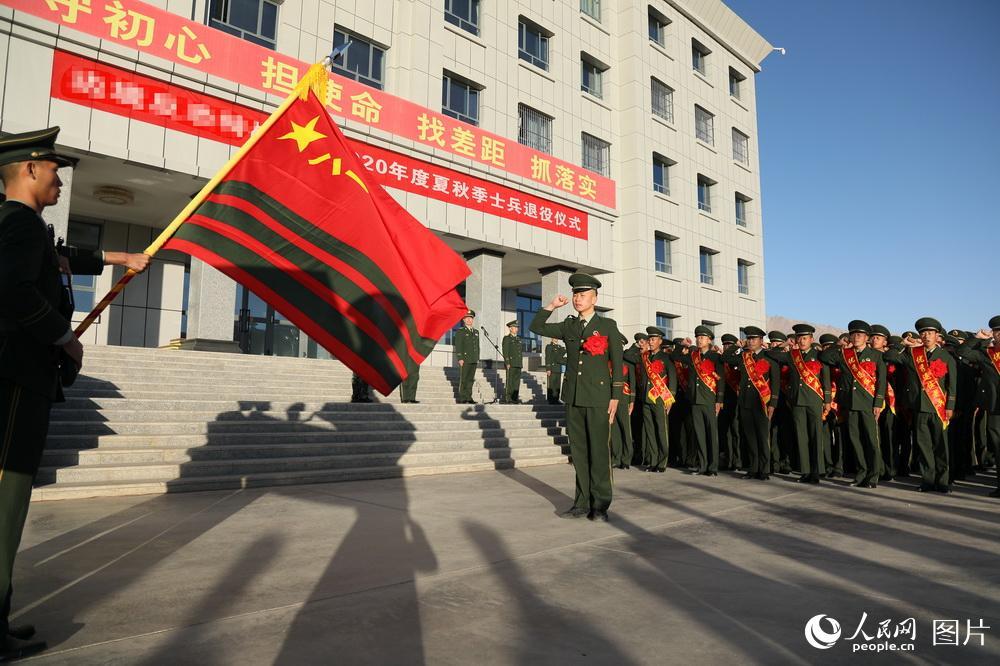 2020年8月29日,退伍老兵举行告别军旗仪式。