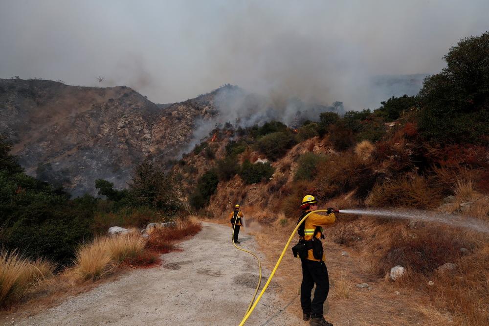 9月13日,在美国加利福尼亚州阿卡迪亚,消防员参与灭火作业。新华社/路透