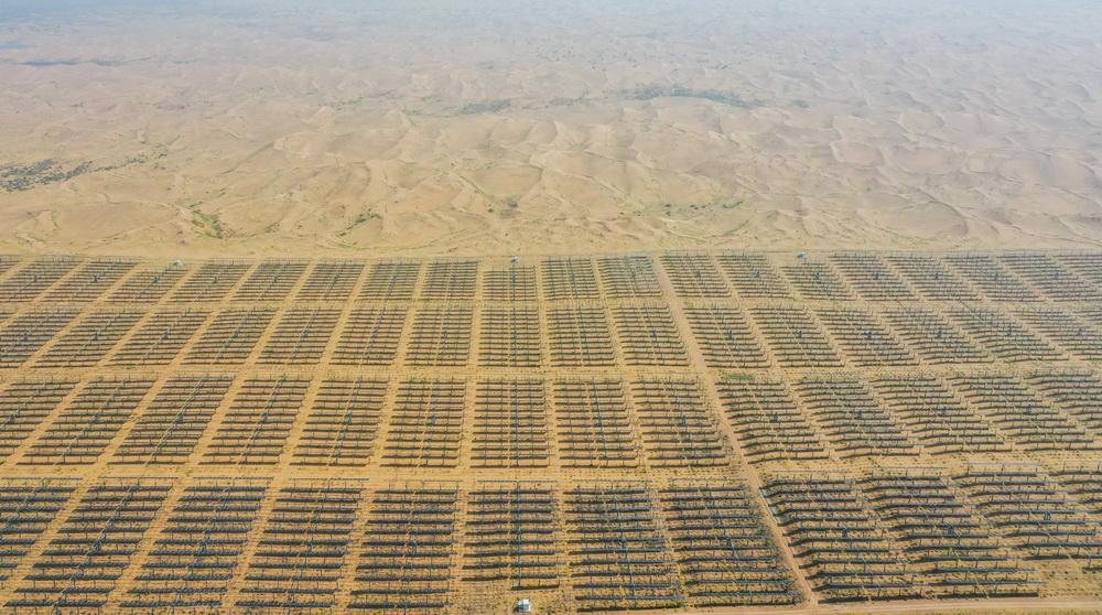 这是9月14日拍摄的位于库布其沙漠中的光伏发电基地(无人机照片)。