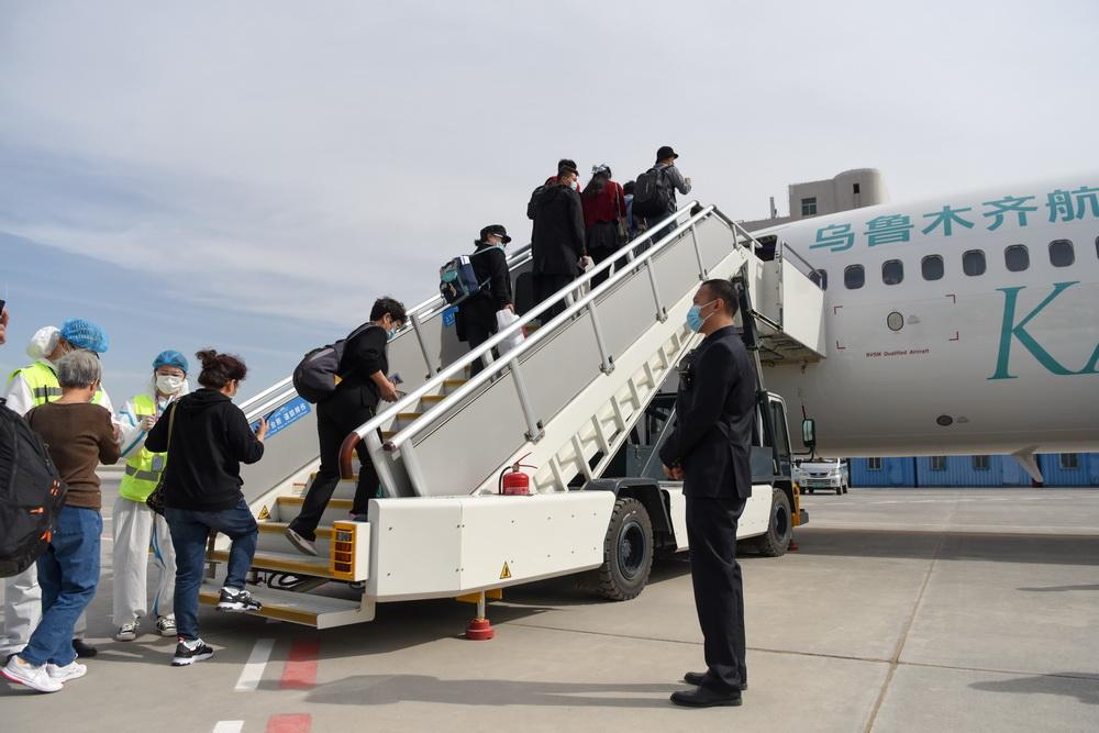 """9月15日,在新疆乌鲁木齐地窝堡国际机场,乘坐""""喀纳斯号""""的旅客有序登机。"""