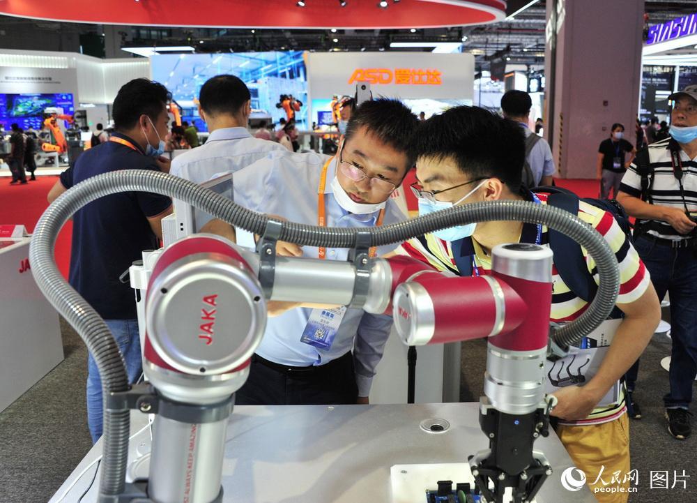 9月15日,第22届中国国际工业博览会,智能机器人展区吸引观众眼球。杨建正/摄