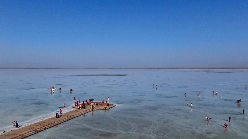 """这是9月23日拍摄的茶卡盐湖""""天空之镜""""景区一角(无人机照片)。"""