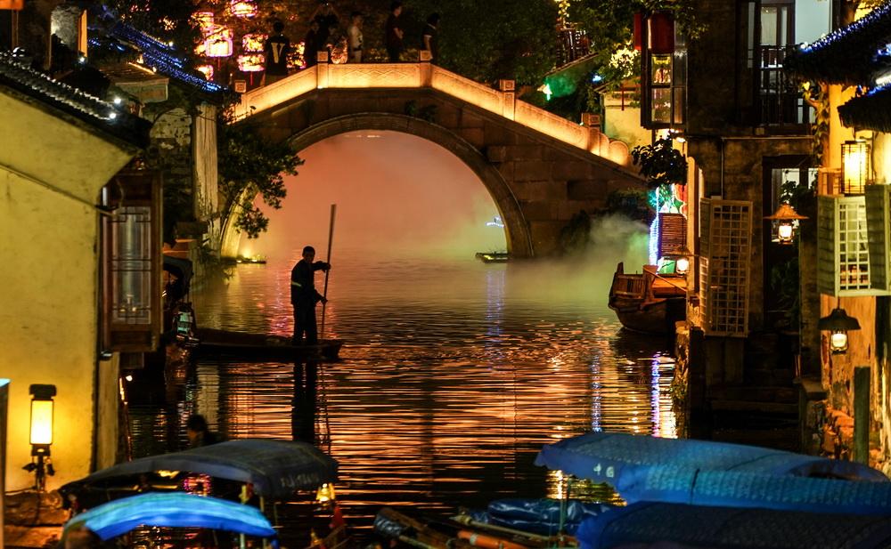 一艘小船划过水巷(9月27日摄)。