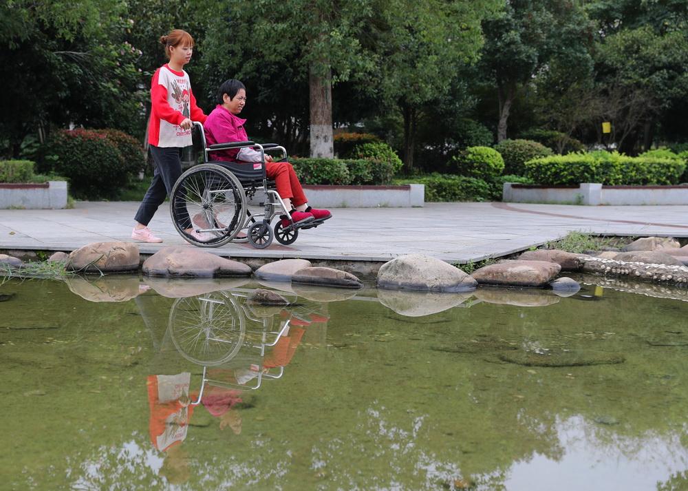 10月8日,邹晴陪妈妈外出散步。