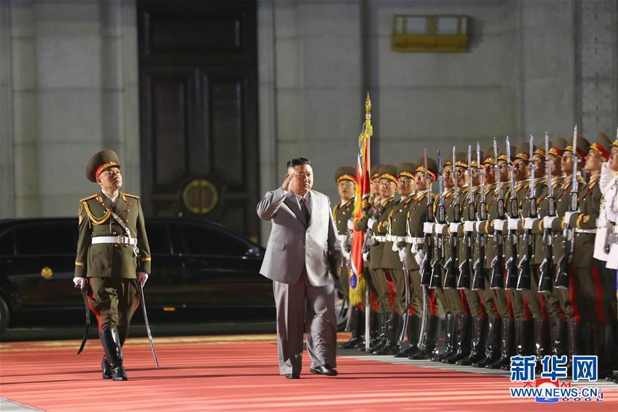 这张朝中社10月10日提供的照片显示,朝鲜劳动党委员长、国务委员会委员长、武装力量最高司令官金正恩在平壤出席阅兵仪式。