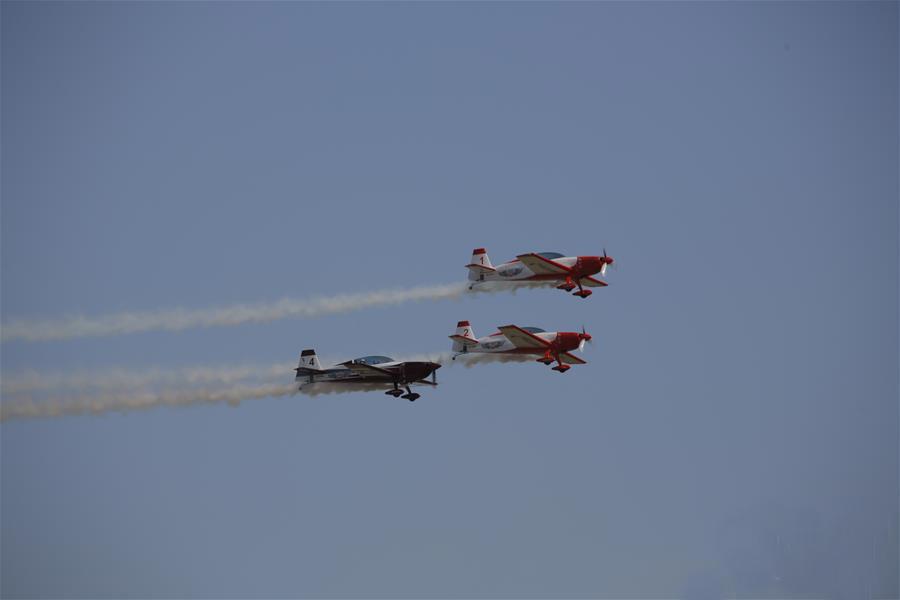 10月10日,在美国休斯敦,飞行表演队在航空展上展示技巧。