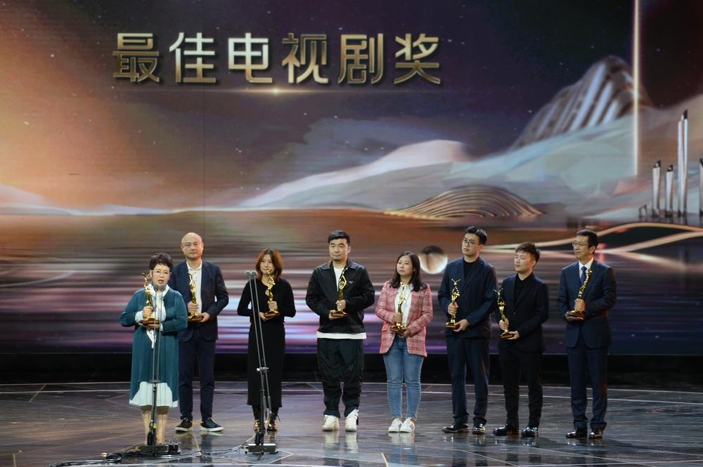 10月18日,荣获最佳电视剧奖《外交风云》的代表在颁奖仪式上发言。