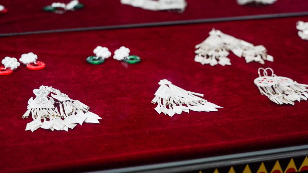 四川省凉山彝族自治州越西县瓦曲村村展览室中展出的银饰(8月29日摄)。新华社记者 李力可 摄
