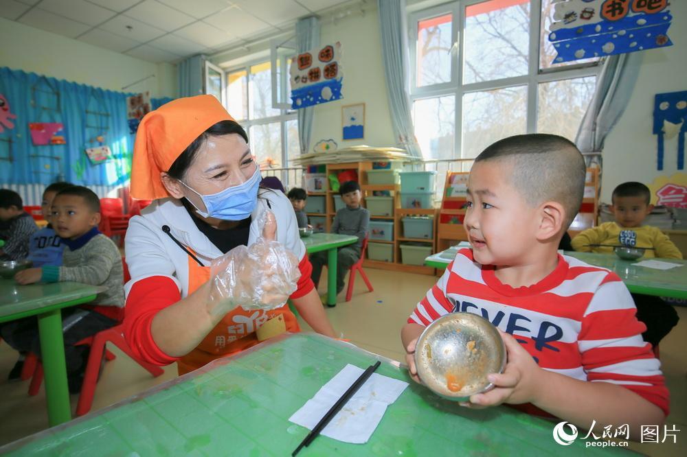 10月30日,在新疆昌吉回族自治州呼图壁县呼图壁镇幼儿园,小朋友们正在认识粮食。