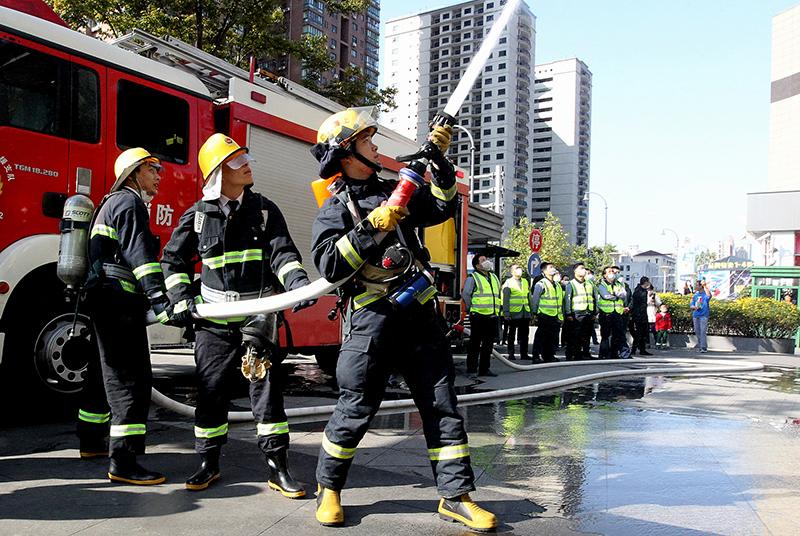10月30日,企业微型消防站员工在消防队员指导下进行演练。
