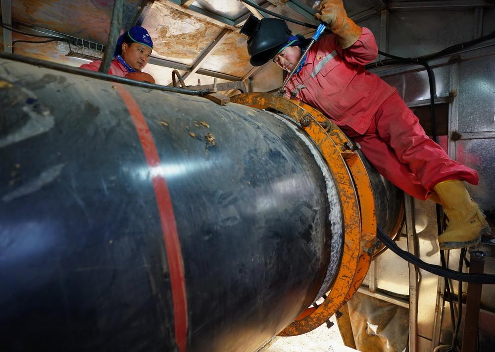 11月2日,工人在河北省唐山市丰润区常庄镇境内的中俄东线天然气管道工程(长岭-永清)穿越唐遵铁路工地施工。