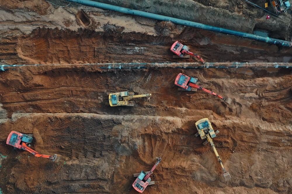 11月2日,工人在河北省唐山市丰润区常庄镇境内的中俄东线天然气管道工程(长岭-永清)穿越唐遵铁路工地施工(无人机照片)。