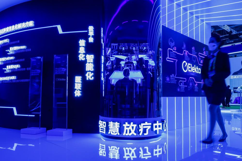 11月8日,工作人员走过医疗器械及医药保健展区的医科达展台。新华社记者 张玉薇 摄