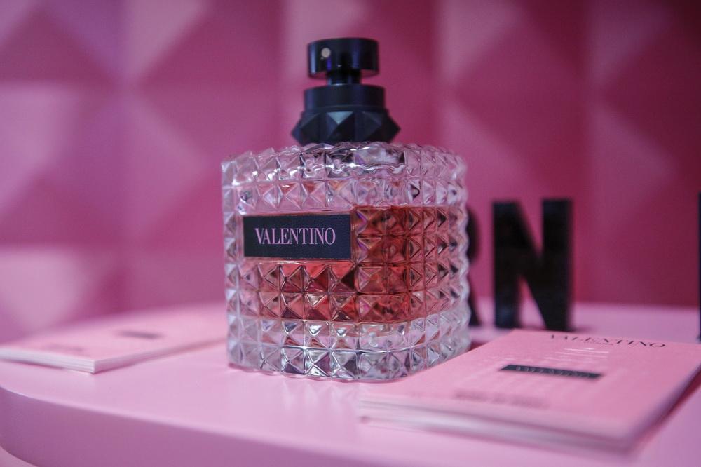 11月7日在消费品展区拍摄的一款香水。新华社记者 张玉薇 摄