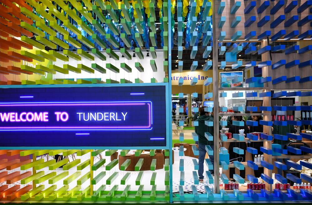 这是11月5日在进博会服务贸易展区拍摄的通达理集团展台彩色装饰。新华社记者 李任滋 摄