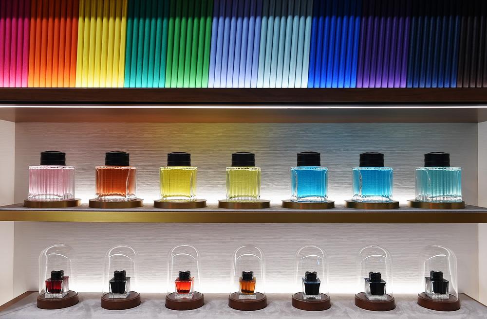 11月8日在进博会消费品展区万宝龙展位拍摄的各色笔记本和墨水。新华社记者 赵丁喆 摄