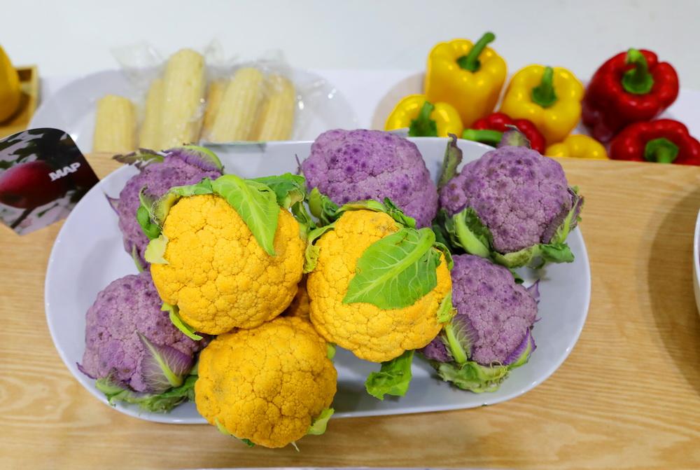 这是11月7日在进博会食品及农产品展区先正达展台拍摄的彩色蔬菜。新华社记者 方喆 摄