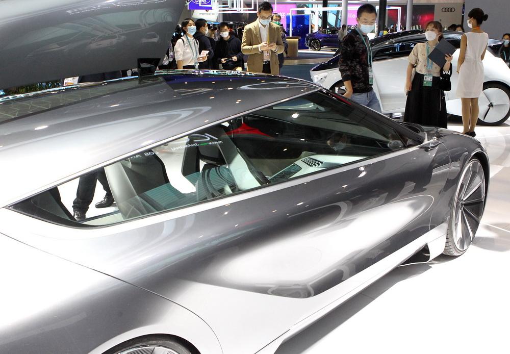 """11月7日在进博会汽车展区拍摄的意大利""""飞鲨""""纯电动概念汽车。新华社记者 陈飞 摄"""