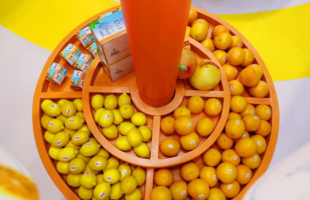 这是11月7日在进博会食品及农产品展区都乐展台拍摄的新鲜水果。新华社记者 方喆 摄