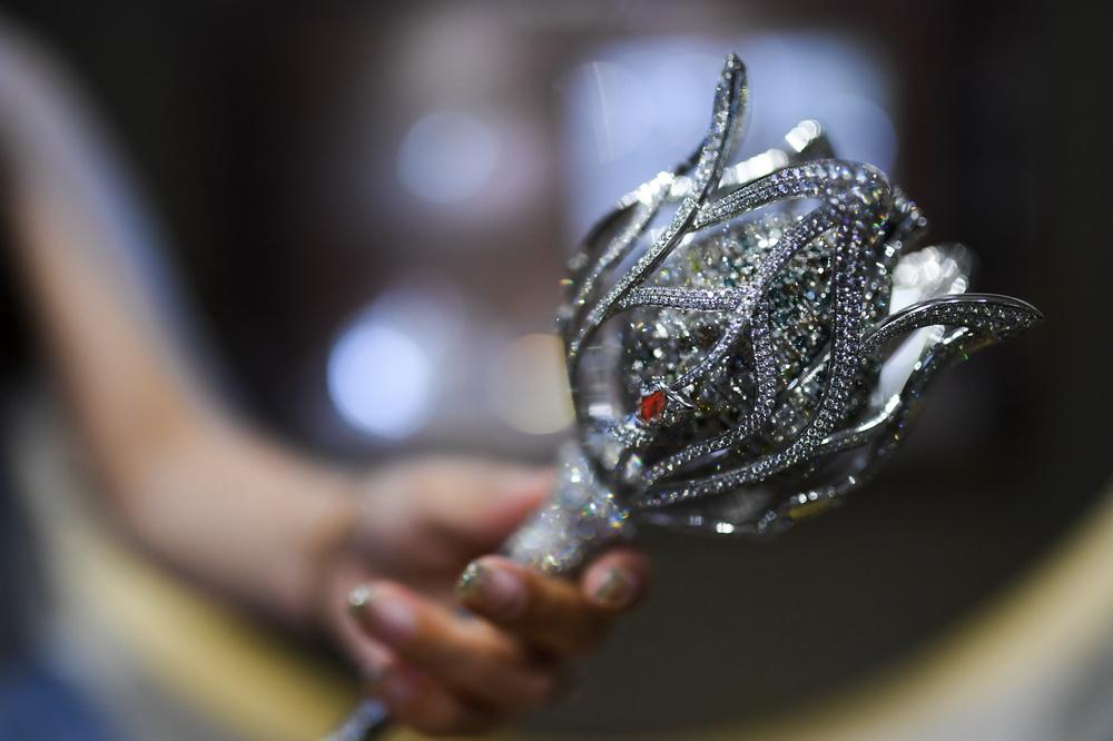 这是11月5日在进博会消费品展区钻石与宝石精品馆拍摄的钻石宝石权杖。新华社记者 李任滋 摄