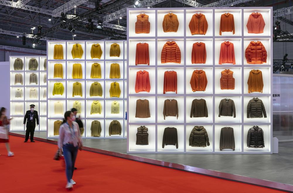 11月6日在进博会消费品展区优衣库展台拍摄的各色衣服展品。新华社记者 王翔 摄