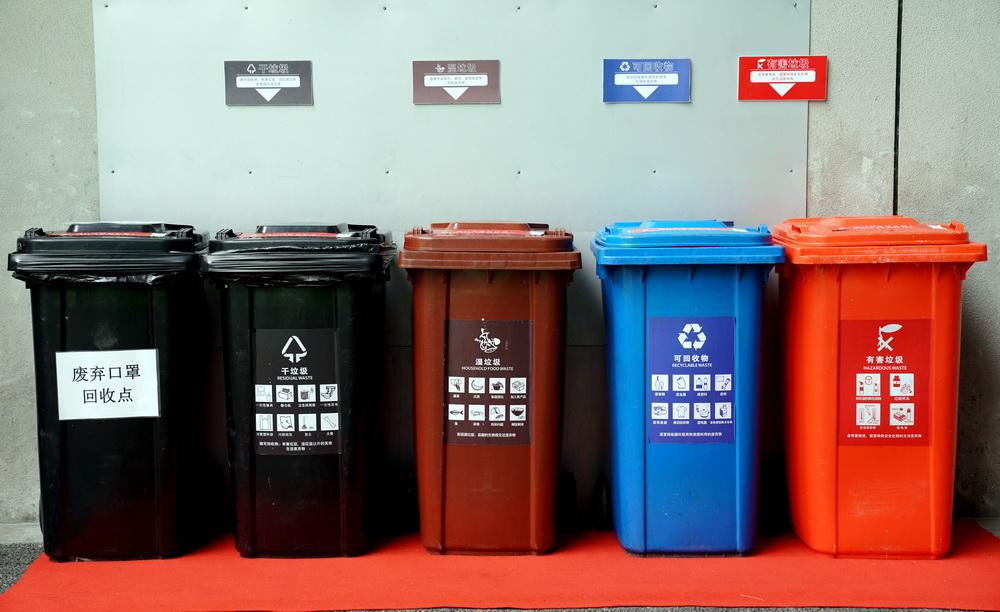 11月6日,在进博会场馆内拍摄的按颜色分类的垃圾桶。今年特别增设了废弃口罩回收桶。新华社记者 刘颖 摄