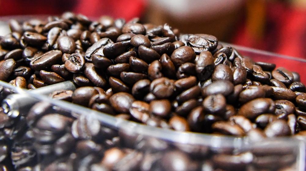 这是11月5日在进博会食品及农产品展区Tims咖啡展台拍摄的咖啡豆。新华社记者 陈晔华 摄