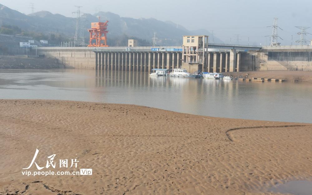 2020年11月9日,刘家峡水库水位下降后的消落带清晰可见。