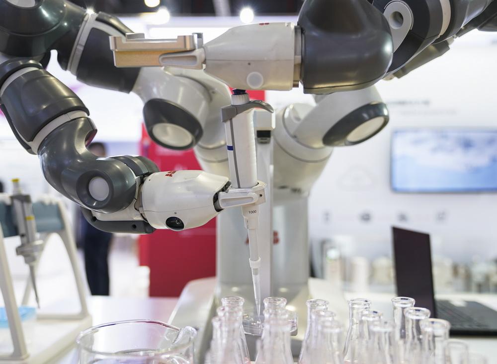 11月9日,在技术装备展区ABB展台,YuMi实验室预处理单元通过机械手进行操作。