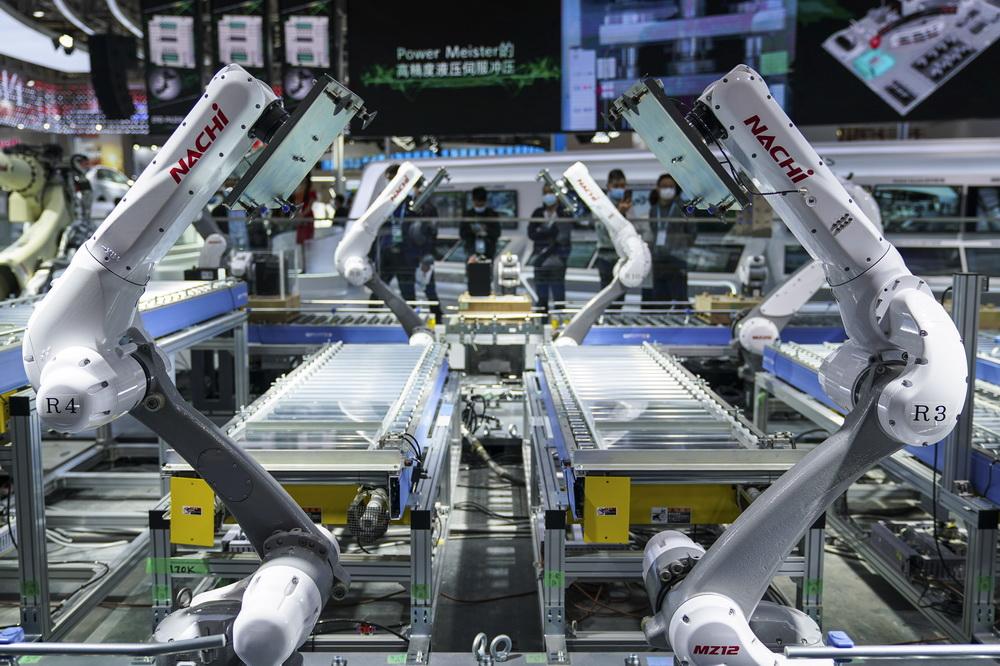 11月9日在技术装备展区NACHI展台拍摄的机器人包装线上的众多机械臂。