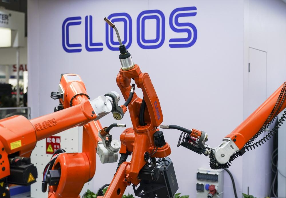 11月9日在技术装备展区CLOOS展台拍摄的焊接机器人。