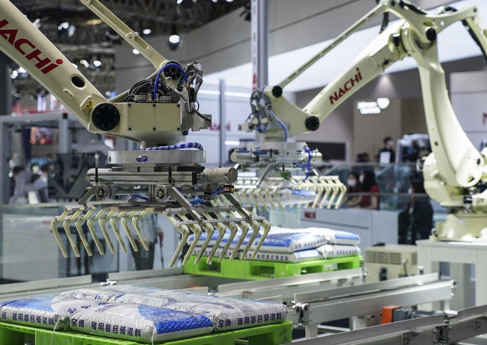 11月9日,在技术装备展区NACHI展台,两只机械臂分别演示码垛、拆垛。