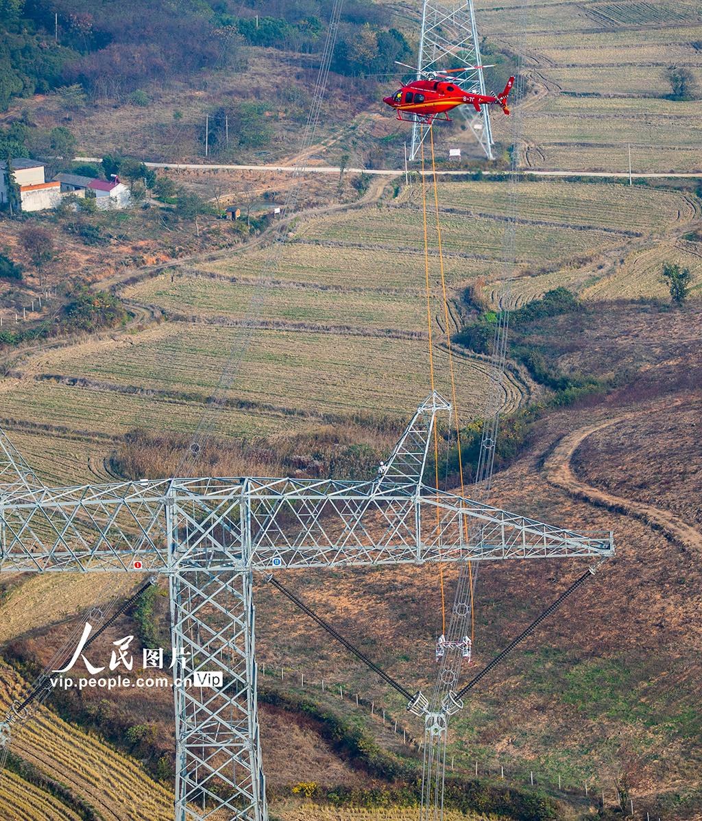 世界首次最高电压等级特高压线路上直升机带电检修任务完成【3】