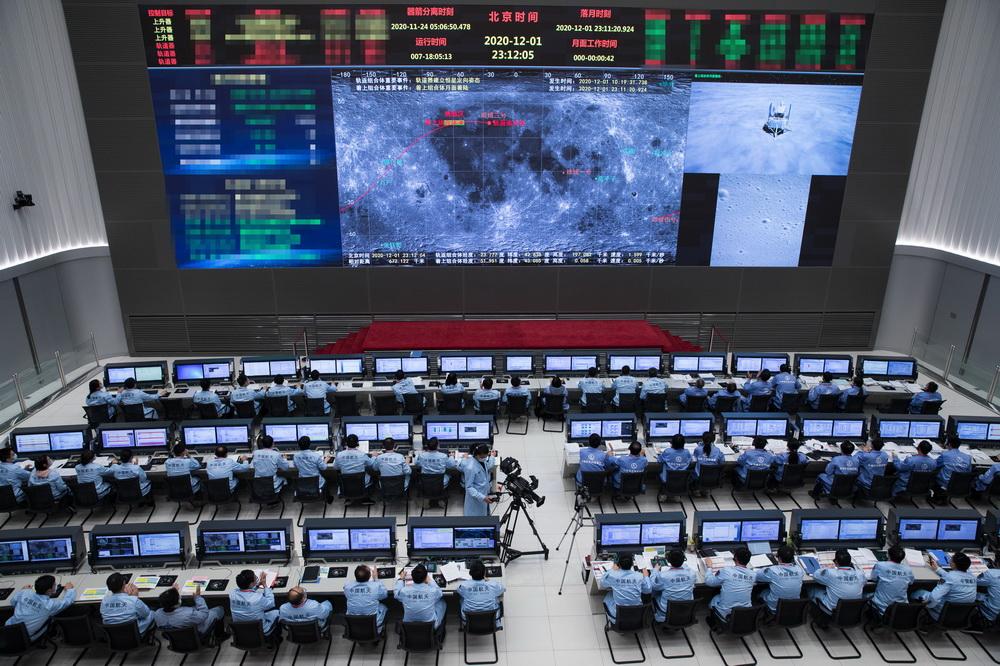 12月1日,在北京航天飞行控制中心,航天科技人员在监测嫦娥五号探测器落月过程。新华社发(国家航天局供图)