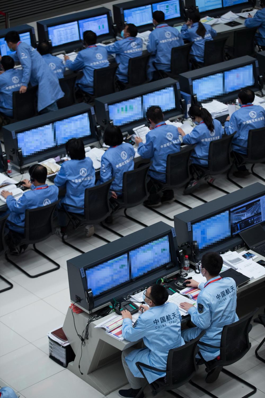 12月1日,在北京航天飞行控制中心,航天科技人员在监测嫦娥五号探测器落月过程。新华社记者 金立旺 摄