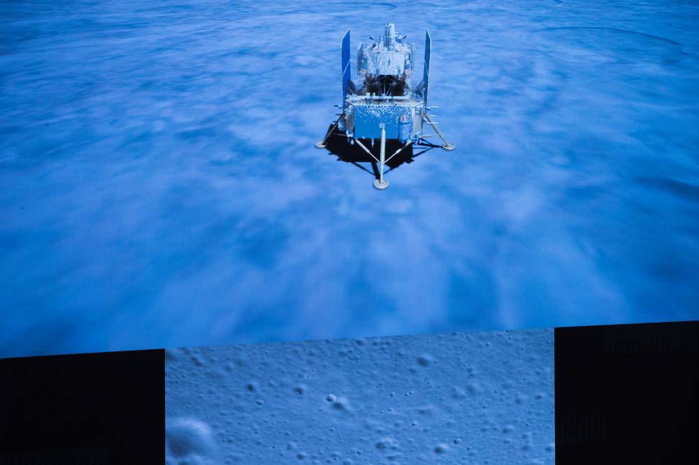 12月1日,在北京航天飞行控制中心拍摄的嫦娥五号探测器落月瞬间。新华社记者 金立旺 摄