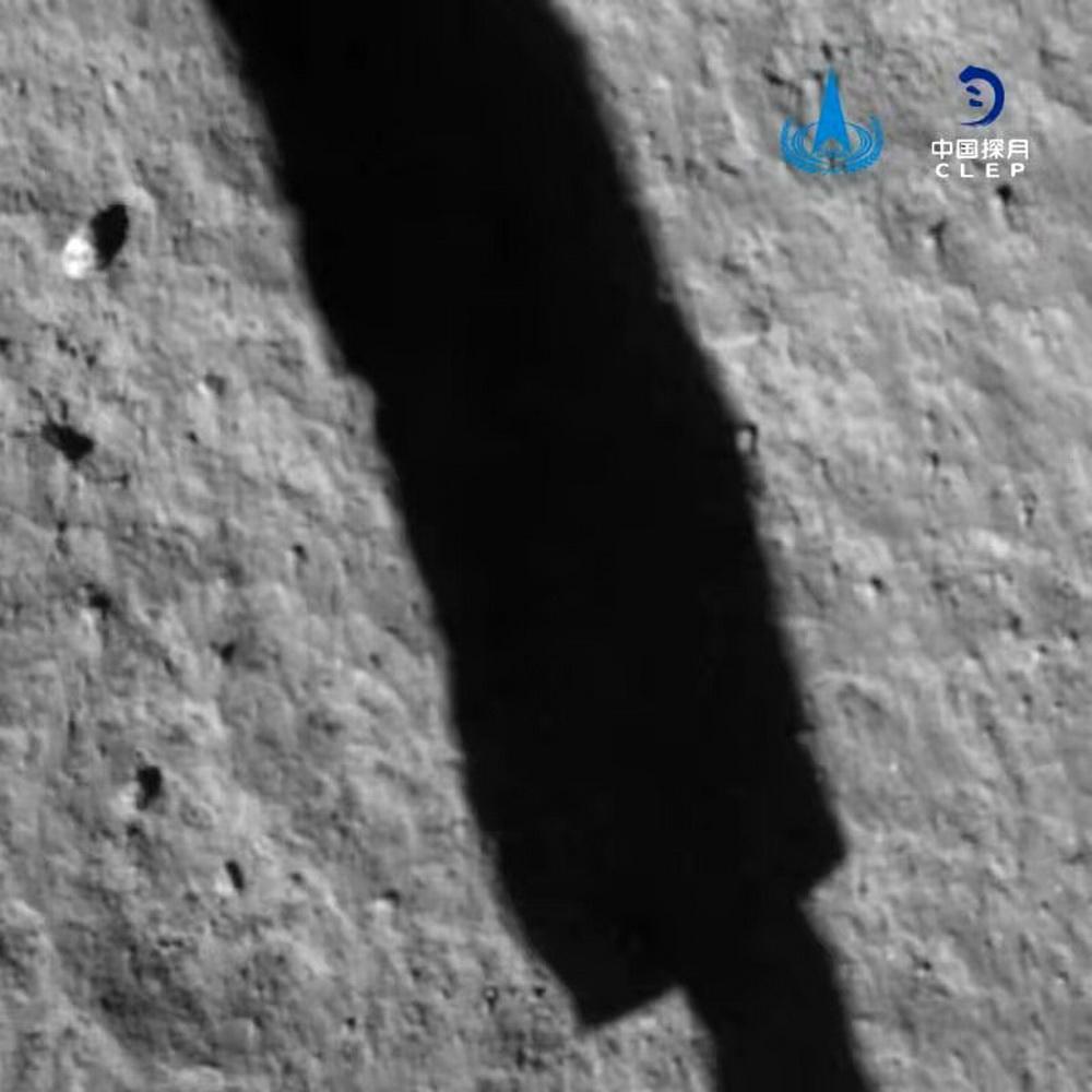 这是嫦娥五号探测器软着陆后降落相机拍摄的图像。新华社发(国家航天局供图)