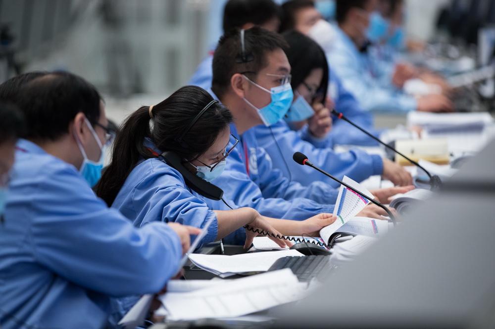 12月1日,在北京航天飞行控制中心,航天科技人员在监测嫦娥五号探测器工作状态。新华社记者 金立旺 摄