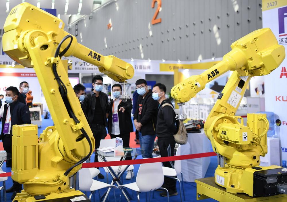 这是博览会上展出的机器人手臂(12月3日摄)。
