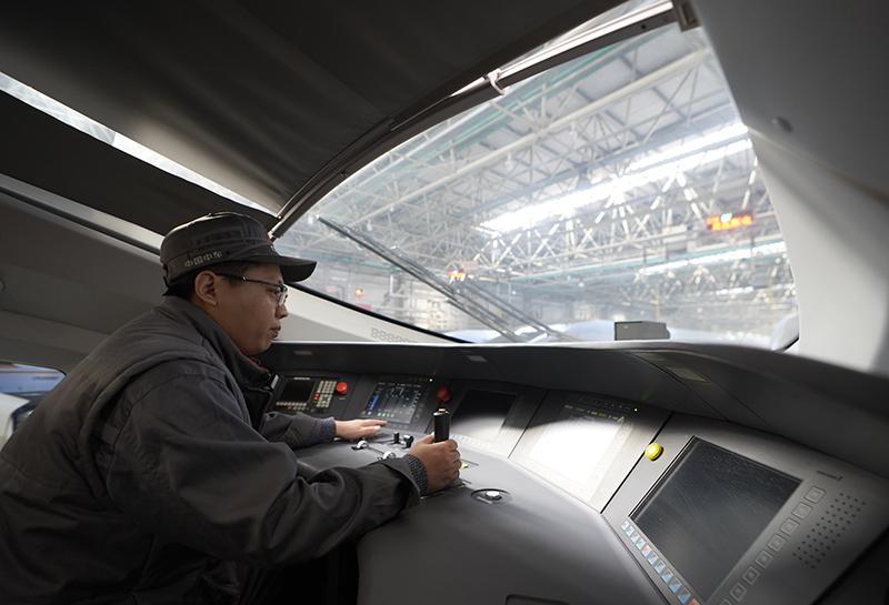 12月4日,中车唐山公司的员工对列车进行检测。