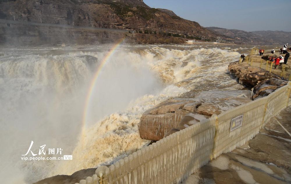2020年12月4日,在山西省临汾市吉县黄河壶口瀑布拍摄的冰挂彩虹美景。