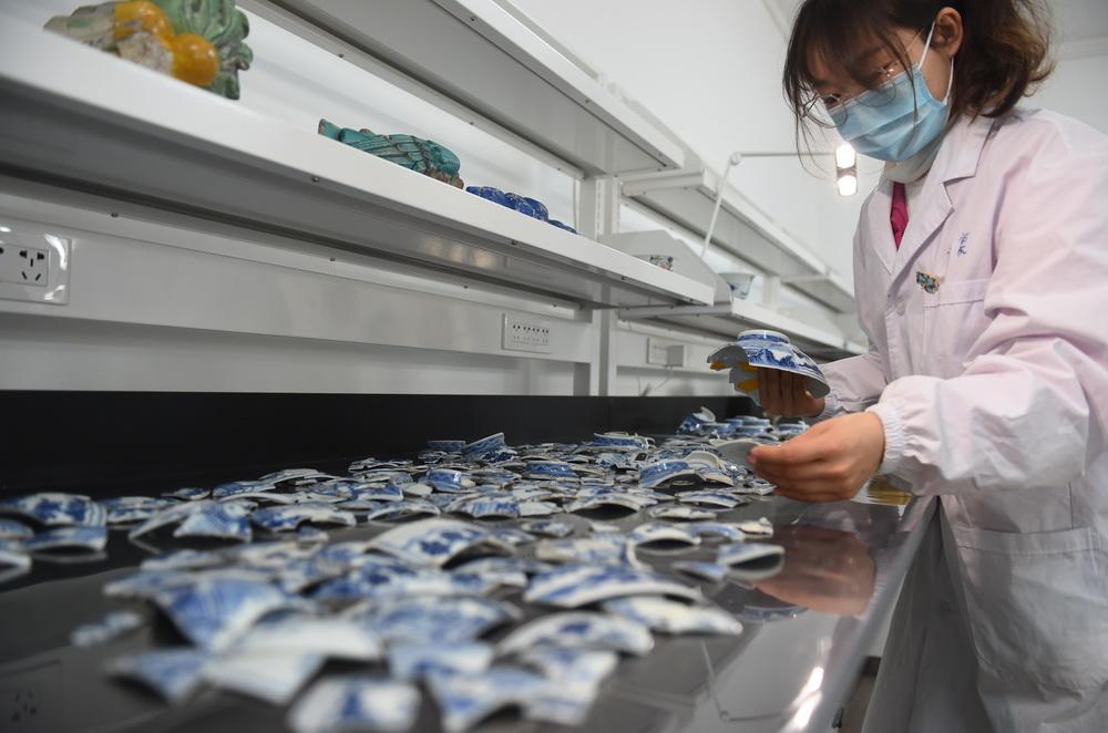 12月24日,在圆明园管理处考古工作站,工作人员对出土瓷片进行预拼接。