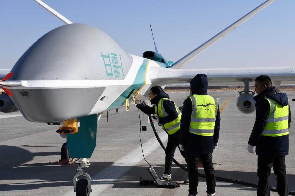 """1月6日,在金昌金川机场,技术人员对人工影响天气无人机""""甘霖-I""""首飞进行最后检查。"""