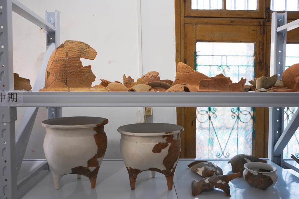 这是罗子国城遗址(罗城遗址)发掘出土的部分春秋中期陶器(1月9日摄)。新华社记者 李紫薇 摄