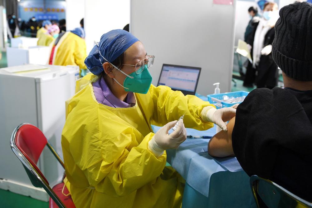 在北京市海淀区中关村街道临时集中接种点,医务人员准备为接种人员注射新冠疫苗(1月6日摄)。新华社记者 鞠焕宗 摄
