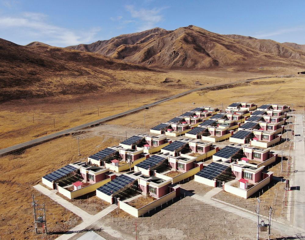 这是1月11日拍摄的隆亚村搬迁户院内修建的阳光房(无人机照片)。