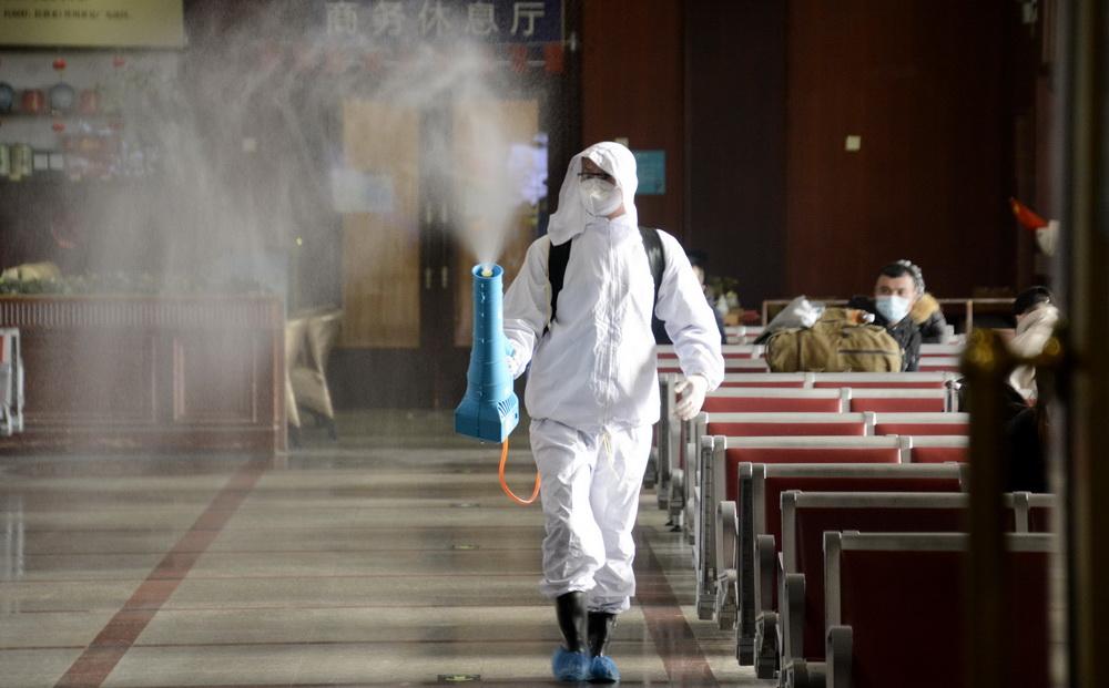 1月12日,北京站防疫人员对候车室进行每4小时一次的防疫消杀。