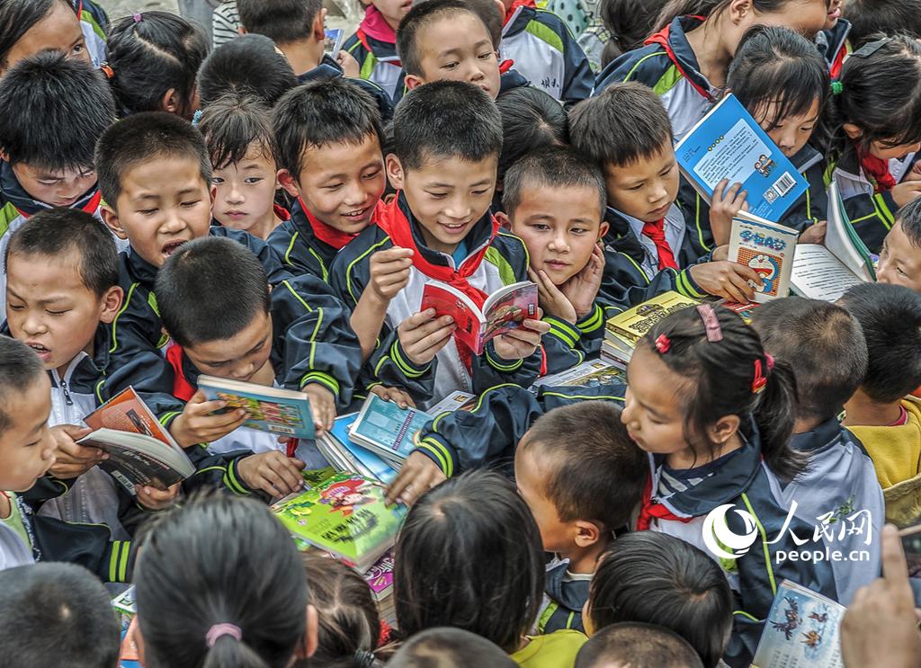 《爱心书屋下乡来》,蔡双荣2016年6月28日摄于贵州省镇远县大地乡双坝小学。当日,20名摄影家来到双坝小学,为孩子们送来了儿童读物,孩子对阅读的渴望,深深打动了摄影家们。
