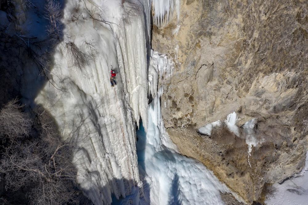 黄煌在冰壁上攀登(1月16日摄,无人机照片)。