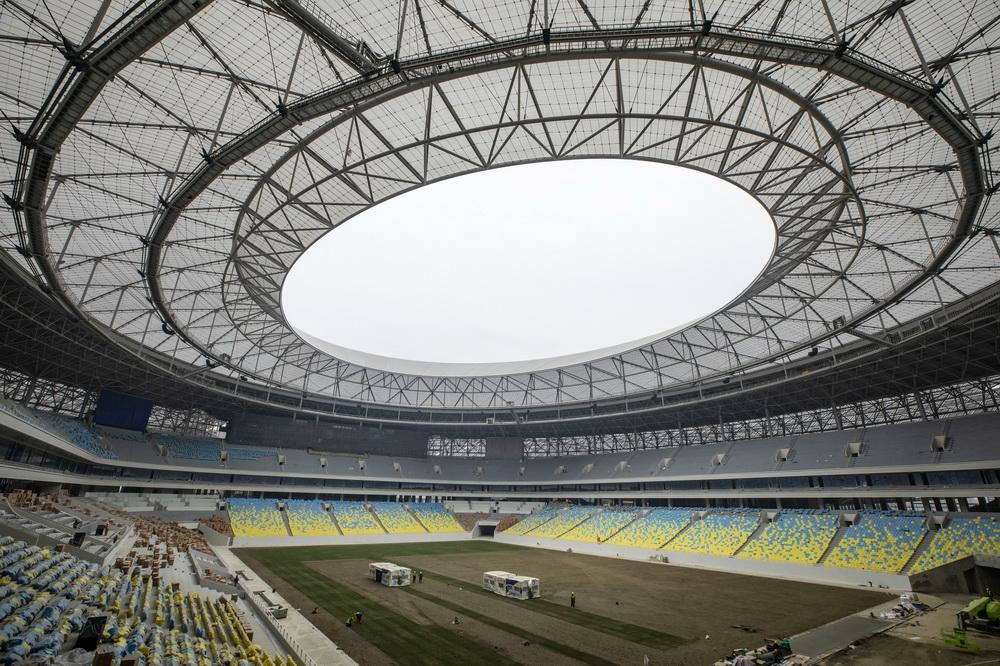 1月27日,工人在成都凤凰山体育公园专业足球场施工。新华社记者 沈伯韩 摄